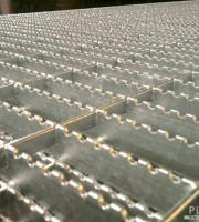 Grade de piso metálica